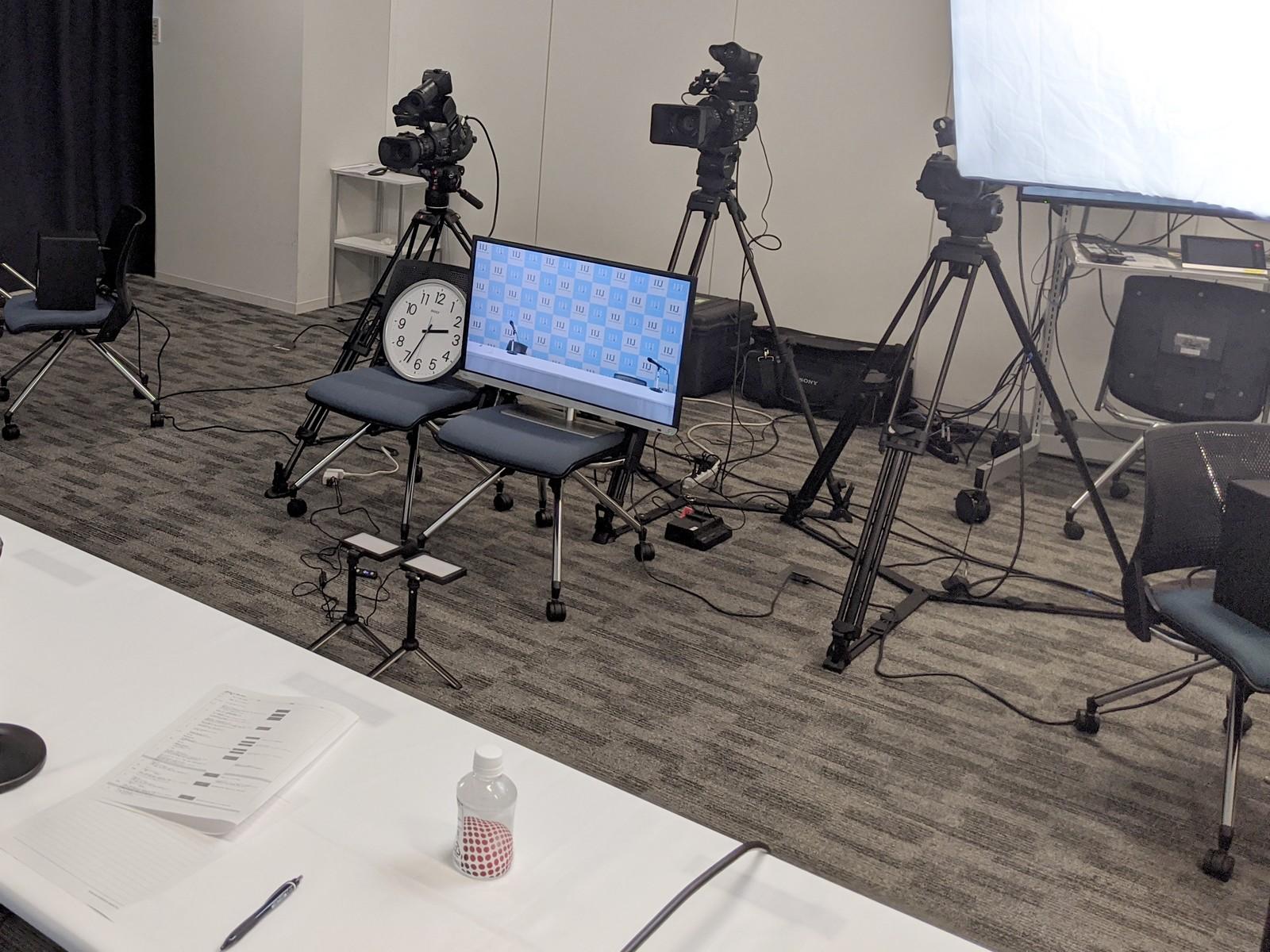 IIJ特設発表会スタジオの登壇者前。カメラは固定で用意されており、モニター画面なども用意されたかなり本格的なものだ