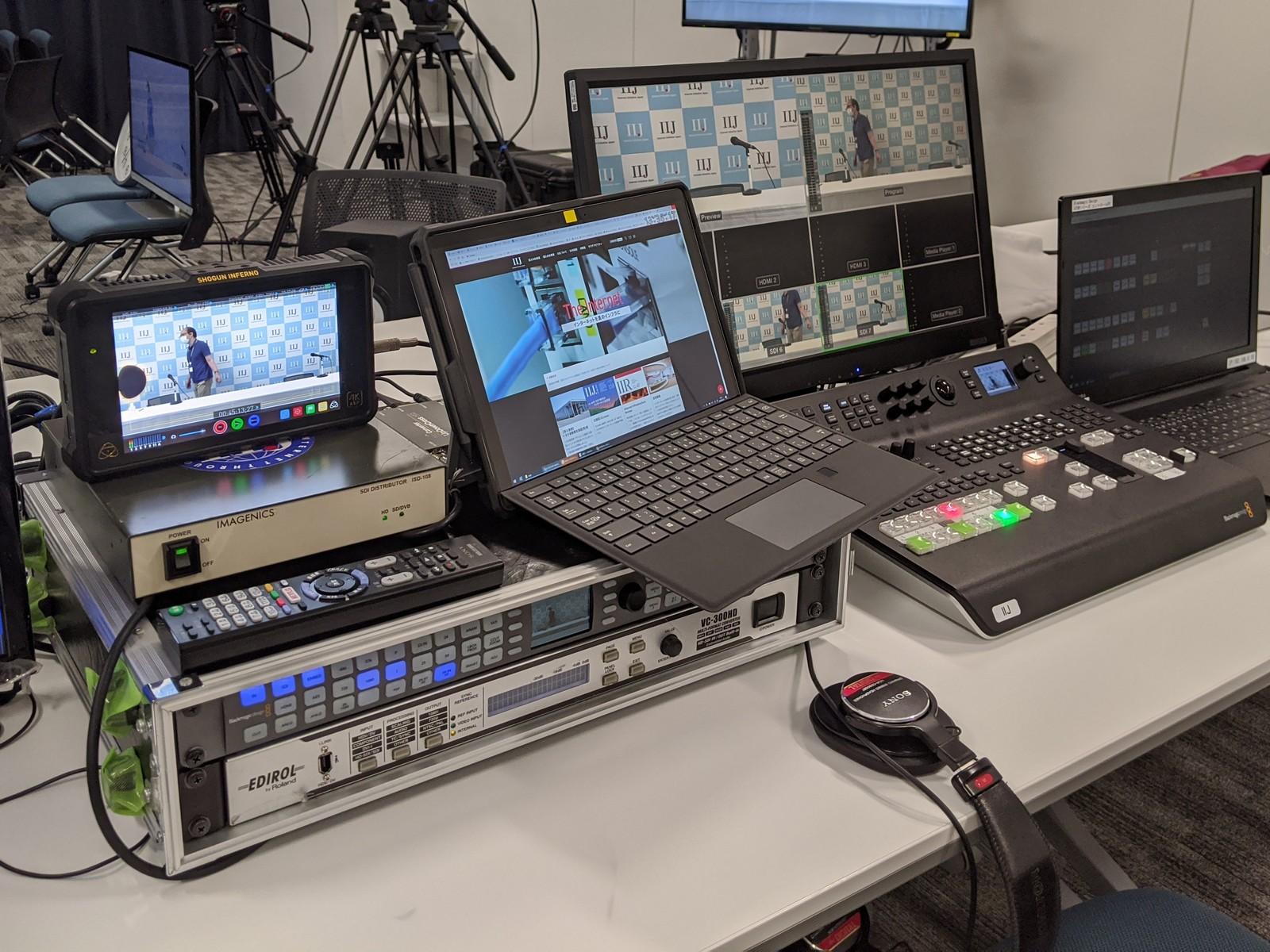 映像オペレーター側から。右側が映像のスイッチャーで、左は最終画面のチェック用モニターの陰に保存用のHDMIレコーダーがある。下のラックは音声と映像を合わせるためのディレイ