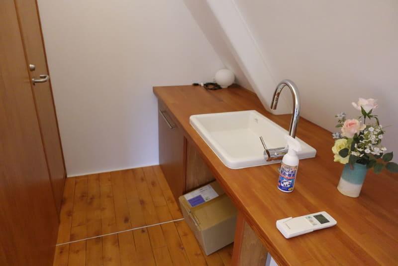 個室内に手洗いとトイレスペースも用意
