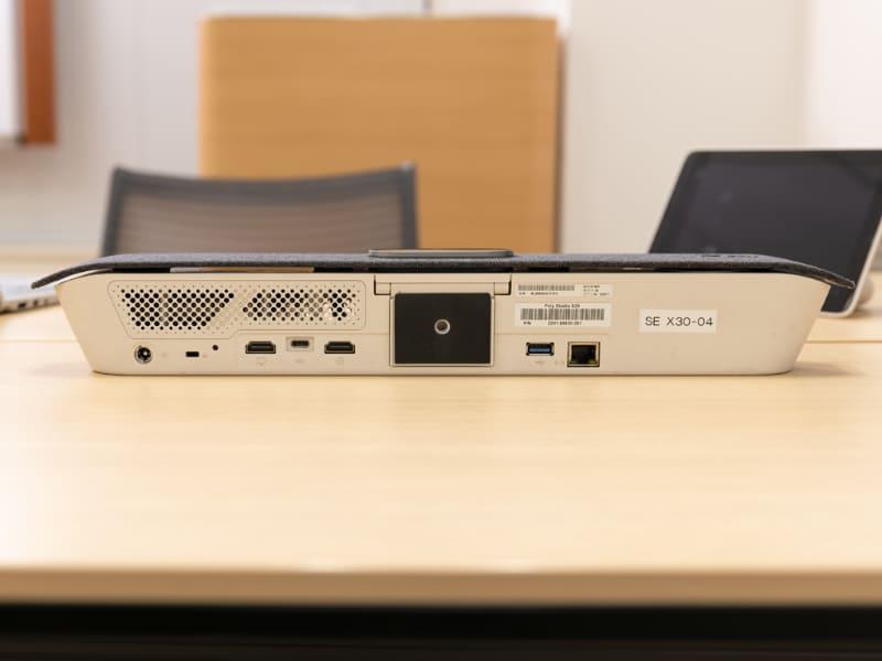 インターフェイス部分。液晶ディスプレイとの接続するためのHDMI端子やネットワークと接続するためのEthernet端子が見える。