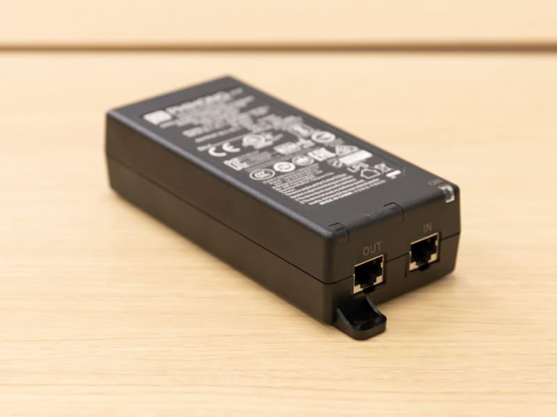 TC8のACアダプタは、ネットワークに接続しつつ給電も行うPoEインジェクターとなっている。「IN」と書かれた端子にスイッチなどを接続し、「OUT」側をTC8と接続する