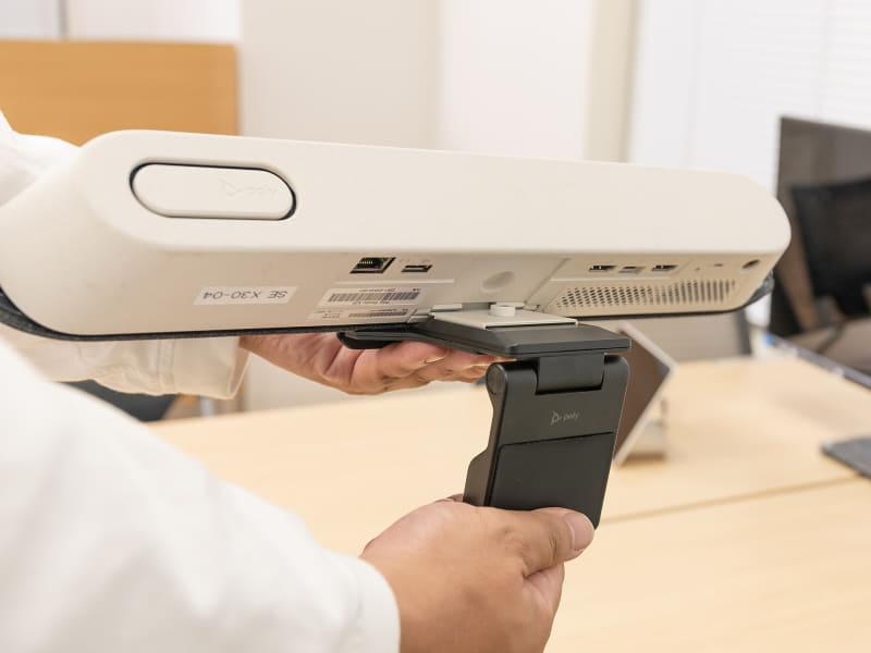 アタッチメント後ろ側の可動部分。設置するディスプレイに合わせ、手で簡単に調整できる