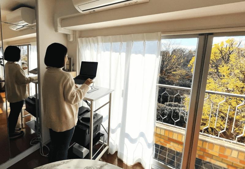 引っ越しの決め手はこの景色。日中はカーテンを開け放って仕事をしています