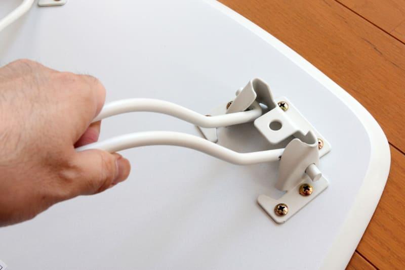 折り畳み式の脚は握ってパイプ間を狭めるとロックが解除される