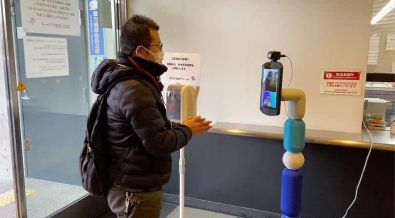 実証実験の模様。アバターロボットのnewmeが検温を行う