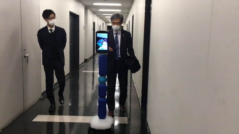 実証実験では1台のnewmeが検温を行い、熱がある人はもう1台のnewmeが誘導するというオペレーション