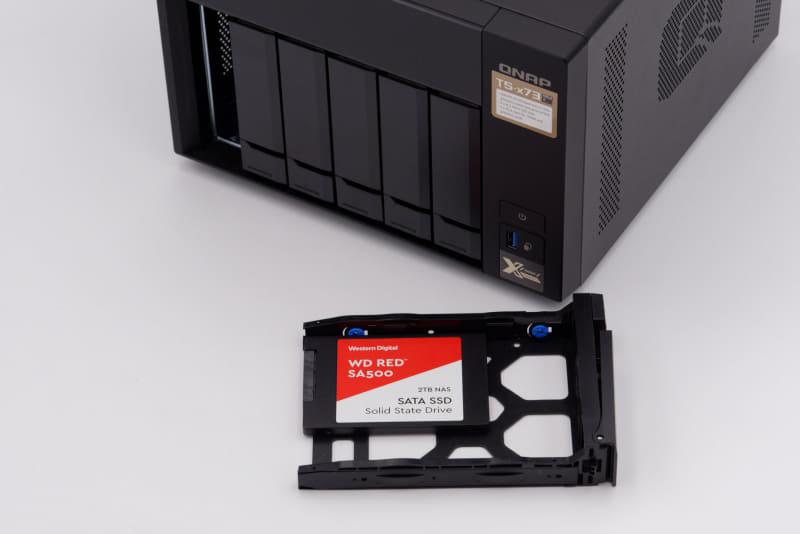 SSDはWD Redを採用。2TB×6が全て装着された状態で届く