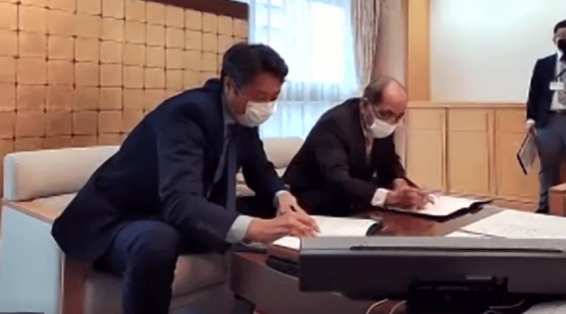 佐賀文宣カントリーゼネラルマネージャー(左)、大分県の広瀬勝貞知事(右)