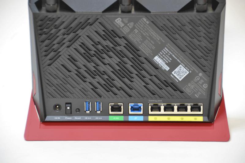 「RT-AX86U」は2.5GbE対応のWAN/LAN兼用ポートを備える。Wi-Fi 6による最大2402Mbpsの通信速度にも対応できる