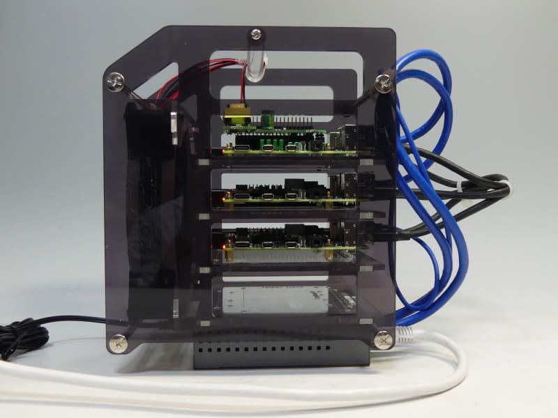側面。SSD接続用のUSBケーブルは黒