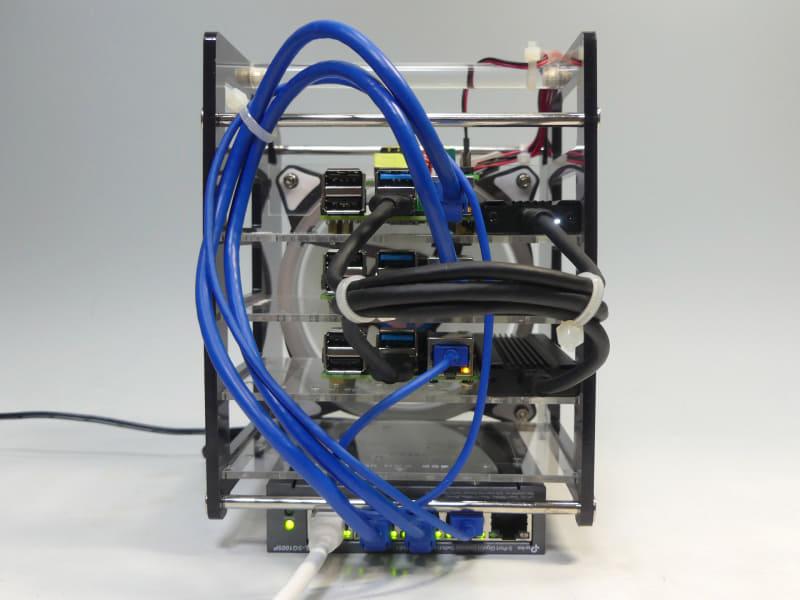 背面。一番下のPoEスイッチから青色のLANケーブルで給電