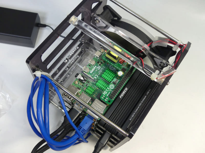 今回用意したUSBストレージは、右側の空きスペース(microSDアダプター装着時は空きスペースがなくなるので注意)にぴったり収まった