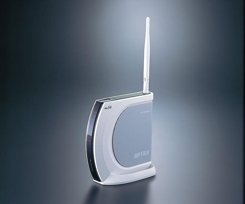 """筆者宅で15年以上も使い続けてきたWi-Fiルーターは、バッファローのIEEE 802.11g/a/b対応ルーター「WHR-AM54G54」(写真は、<a href=""""https://bb.watch.impress.co.jp/cda/news/11397.html"""" class=""""strong bn"""" target=""""_blank"""">「Broadband Watch」2005年10月13日付記事</a>より)"""