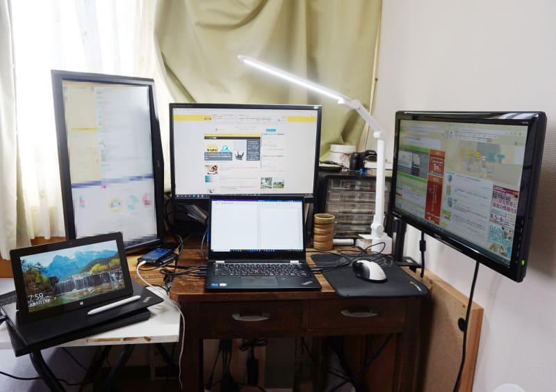 筆者の在宅勤務環境。左上がチャット用、正面上下がメイン、右が固定情報表示用だ。左下はOneNote専用機として使っている初代Surface Pro