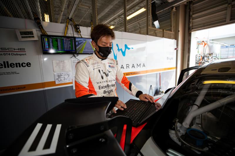 会社の広報活動としてレースに参戦する山野氏は、レース現場でもリモートで業務をこなす(撮影:大西幸仁)