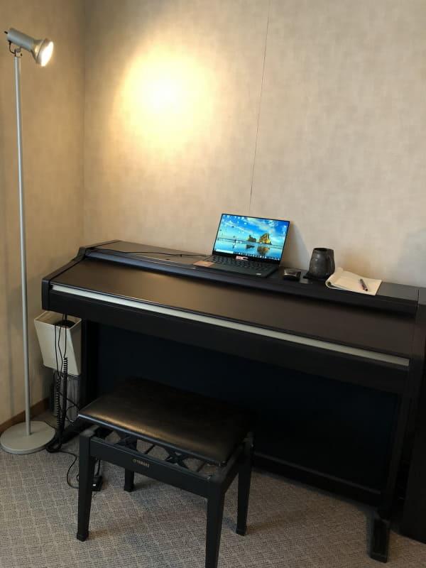 まずは電子ピアノを机として使用。ただし汚れ方が著しいのでお勧めはできません