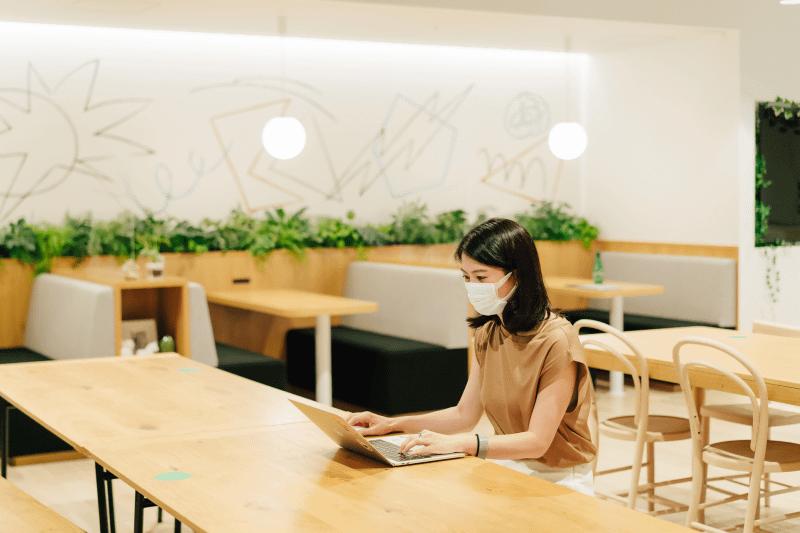 コワーキングスペースでの作業。オンライン会議の際は個室やブースを利用します