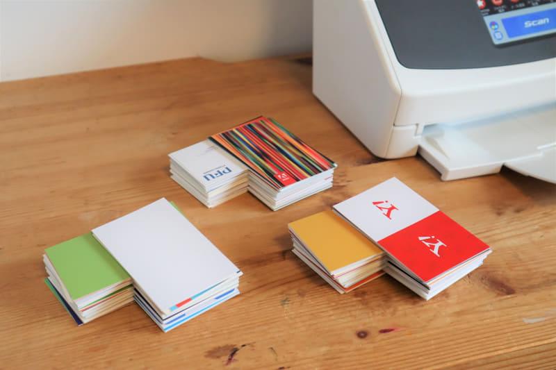 下準備として、名刺の表・裏を確認しながら、10枚ずつに分けていった。写真は、ひと山が100枚(10枚×10セット)