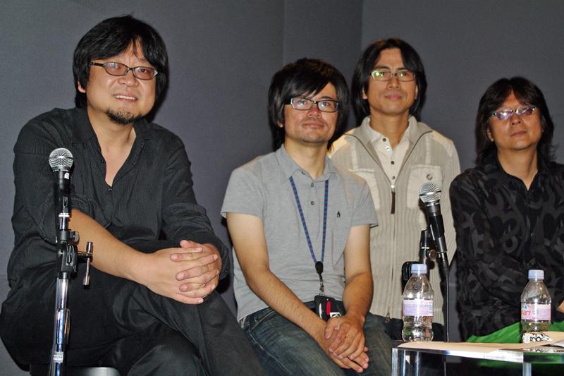 登壇者一同。細田氏(手前)と鈴木氏(前列奥の右)は大学の同級生だという