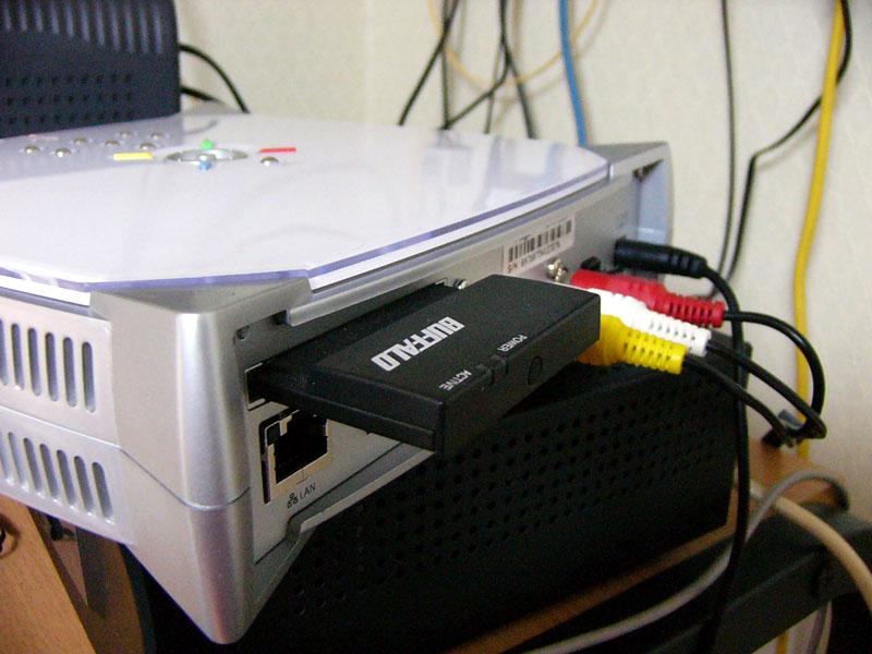 """<font size=""""2"""" color=""""#33357f"""">背面には10BASE-TコネクタとPCカードスロットを装備。対応する無線LANカードを装着すればIEEE 802.11bでの無線LAN環境でも利用可能</font>"""