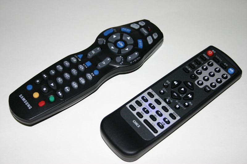 """<font size=""""2"""" color=""""#33357f"""">BBTV(左)と4th MEDIA(右)のリモコン。4th MEDIAのリモコンは戻るボタンなどが見ながらでないと操作できなかった</font>"""