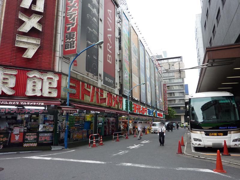 新宿西口のヨドバシカメラの前。前後左右がビルに囲まれているが、こちらも問題なく通信できた