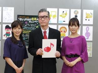 キャラクター部門グランプリ「守りタイ」を手にする石坂審査委員長(写真中央)と、特別審査員を務めた「Early Morning」
