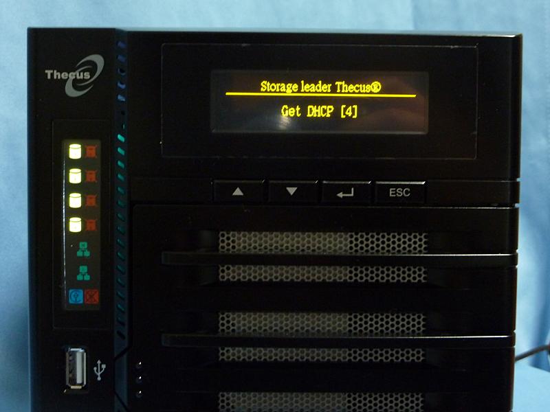 上部に有機ELのディスプレイ、左側にHDDとLANの状態を表示するLEDを採用