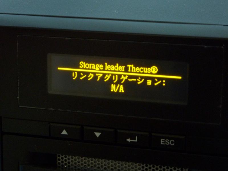 正面のディスプレイには現在の状況や設定などが表示されるだけでなく、ボタンを利用してIPアドレスなどの設定も可能となっている
