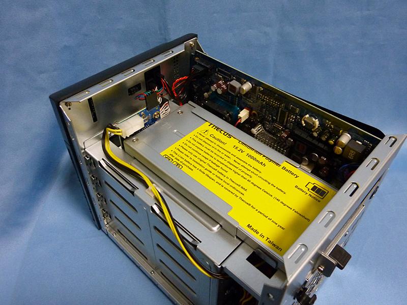 内部の様子。差し込んだバッテリーは基板を介してマザーボードや電源に接続される