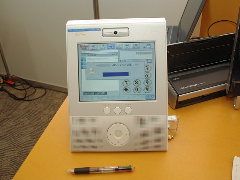 「フレッツフォン」に同等機能を組み込んだ機器を用いたデモも