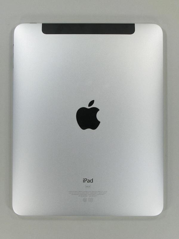 背面。Wi-Fi+3Gモデルは上部の一部が黒いプラスチックになっている