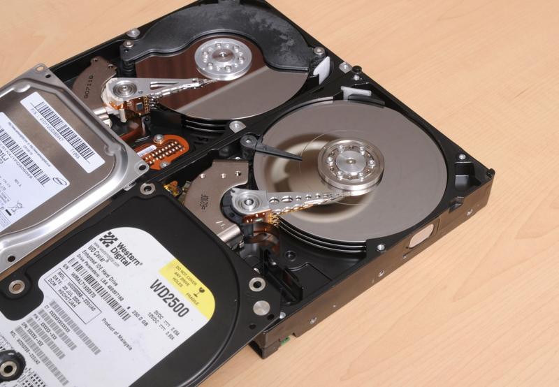 プラッターに傷が付いたハードディスク(右)と正常なハードディスク(左)