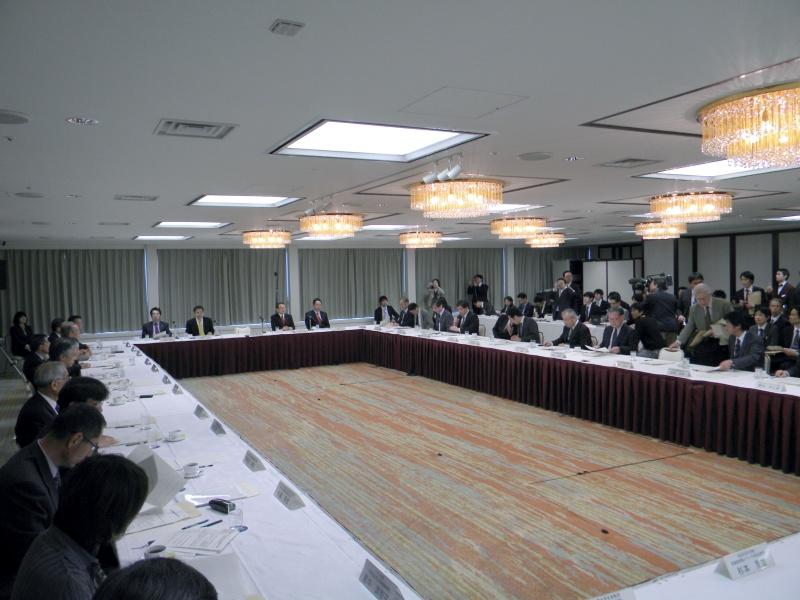 デジタル・ネットワーク社会における出版物の利活用の推進に関する懇談会(写真は3月開催の第1回会合)