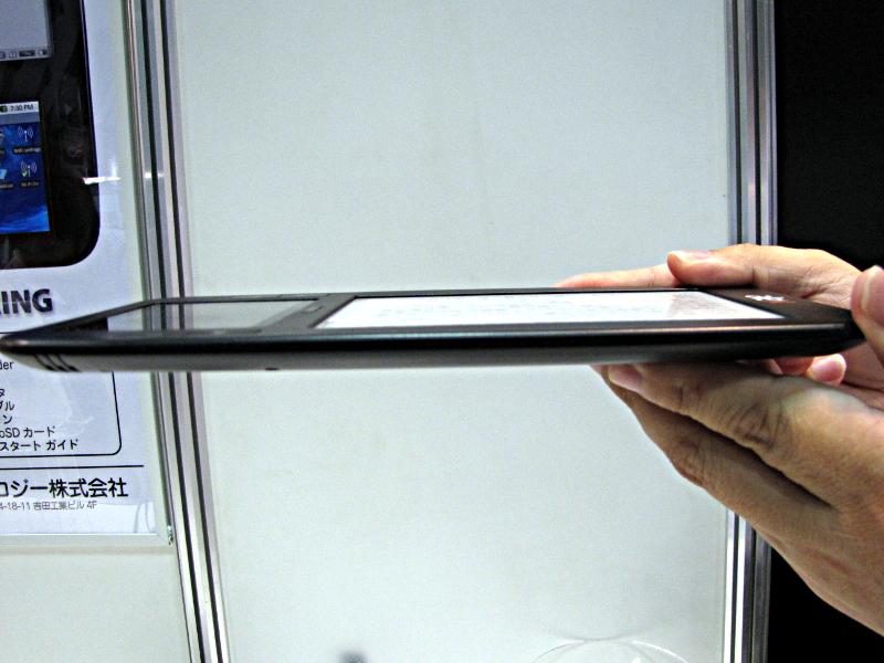 本体サイズは120×225×14mm(横×縦×厚さ)、重さは310gで、iPad(Wi-Fi+3Gモデルは約730g)の半分以下、Kindle DX(約536g)よりも軽い