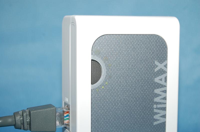 本体のボタンを押すことで無線LANの設定が可能。「らくらく無線スタート」に加えて「WPS」もサポートする