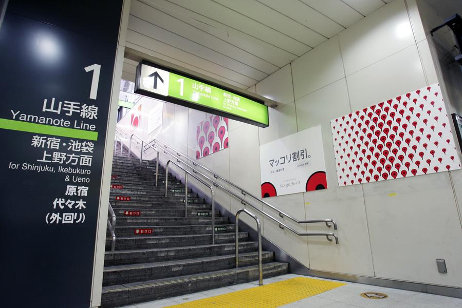 渋谷駅でのポスター掲示例(写真提供:グーグル株式会社)