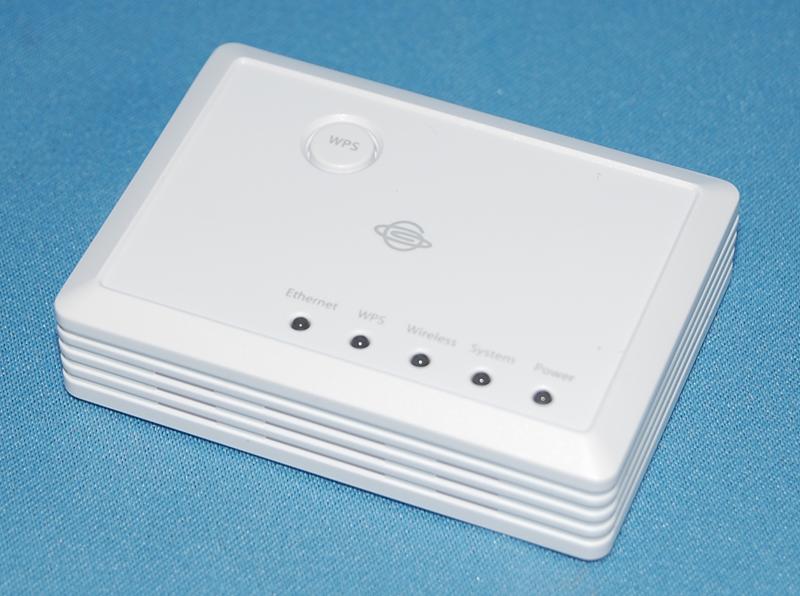 プラネックスの無線LANマルチポケットルーター「MZK-MF300N」。手のひらサイズながら、ルーター/アクセスポイント/コンバーターとして使える多機能な製品