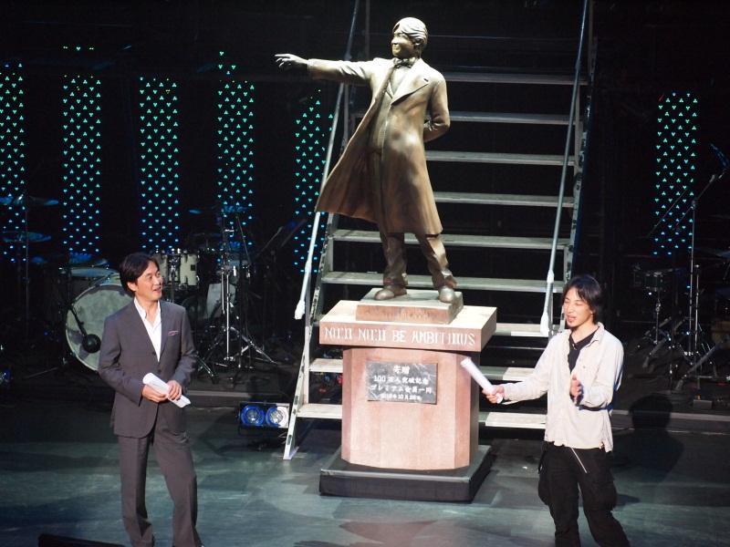 西村博之氏と夏野剛氏。新たに夏野氏の銅像が製作された