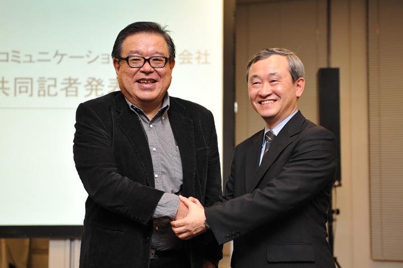 村井氏(左)とUQコミュニケーションズ 執行役員 CTOの渡辺文夫氏(右)。渡辺氏からは技術的な解説が行われた