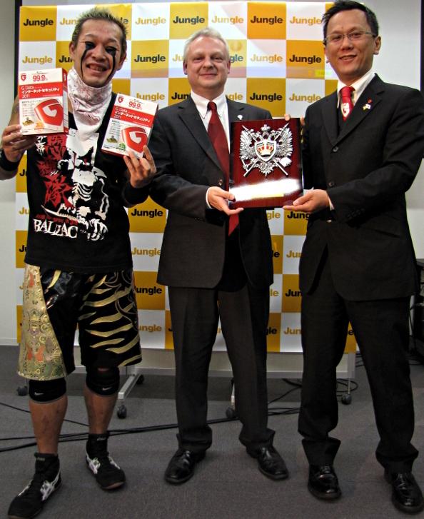 左からNOSAWA論外選手、独G Data Softwareセキュリティエヴァンジェリストのエディ・ウィレムス氏、Jag 山本氏