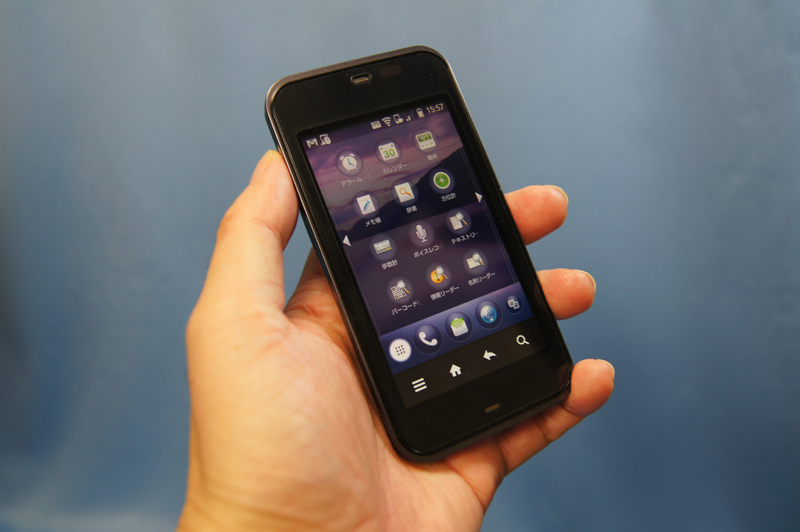 auから発売されたIS03。これまでの携帯電話とスマートフォンの機能を併せ持った「普通」に使えるAndroid端末