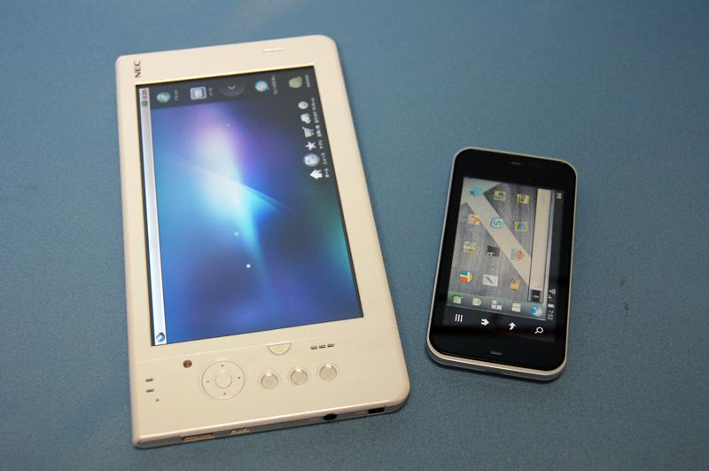 Android搭載スマートフォンとの比較。いわゆるタブレットサイズとなる
