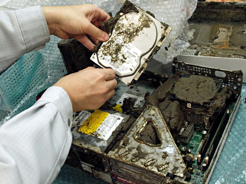 津波で浸水したデスクトップPC。洗浄する前の状態