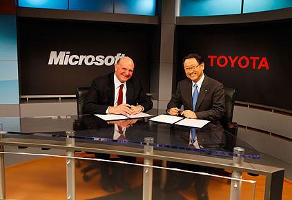 米Microsoftのスティーブ・バルマーCEO(左)と、トヨタの豊田章男社長(右)