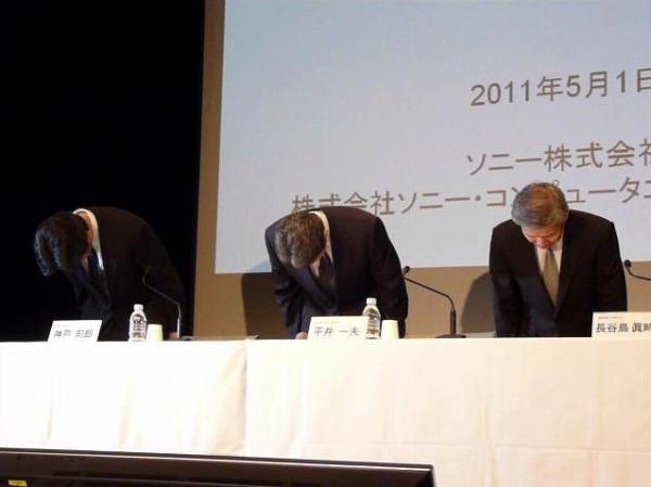 会見冒頭、謝罪するソニーの平井一夫副社長(中)、長谷島眞時氏(右)、神戸司郎氏(左)