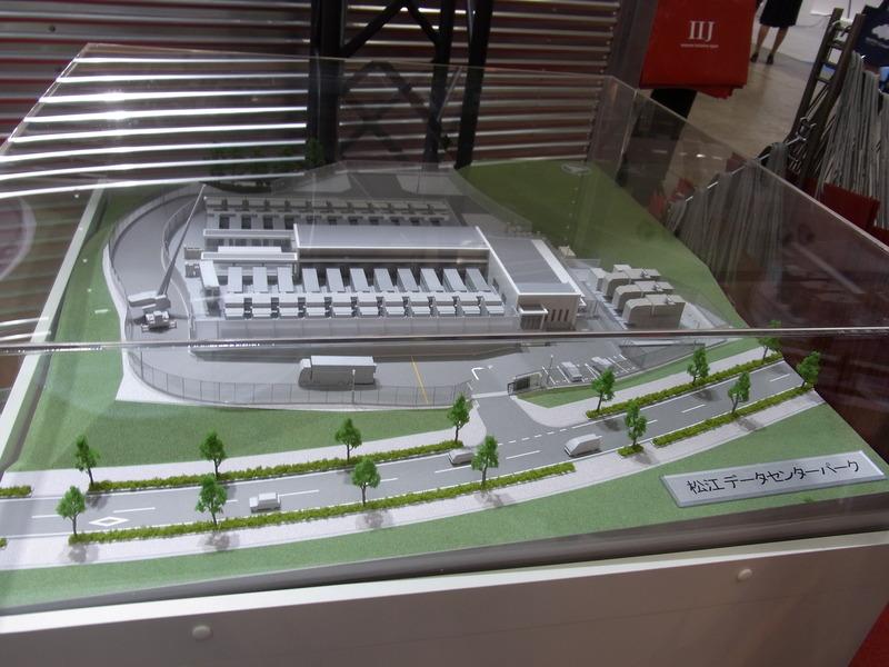 松江データセンターパークのジオラマ模型。細長いコンテナ(ITモジュール)を、最大24基設置できる。コンテナにほぼ1対1対応で空調モジュールが備えられるほか、秋~春には外気冷却もとり入れる