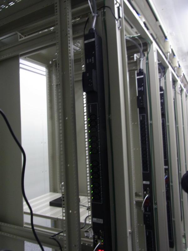 IZmo Wタイプで9~10ラック、IZmo Sタイプで9ラックを収容する
