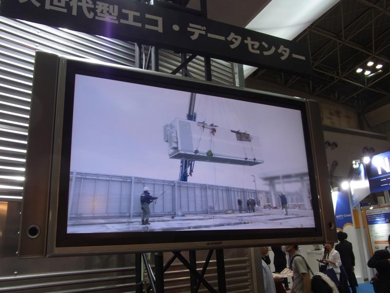 松江データセンターパークに搬入されたコンテナは、クレーンで運ばれたあと、スライドして移動、設置位置で固定される。初回設置では、搬入されてから設置に半日かかったという