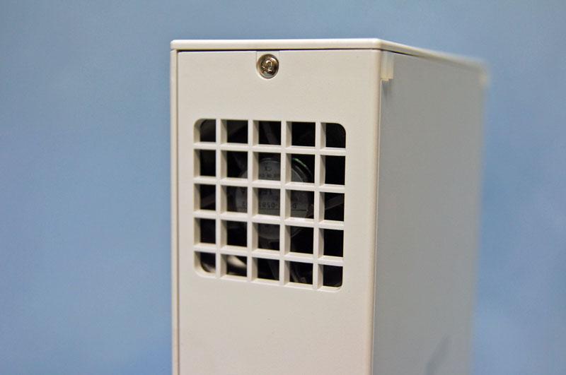 ファンは小型だが非常に静か。動作音はHDDのアクセス音も含め、ほとんど聞こえない